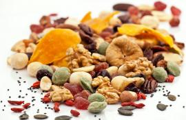 dried fruit and nuts trailmix